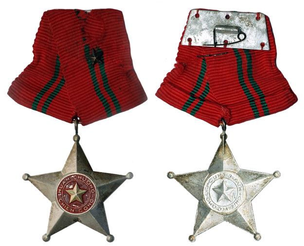 Вьетнам Орден бойца 3-ей степени (краска, алюминий 35 Х 35 мм), цена 4-5 долларов