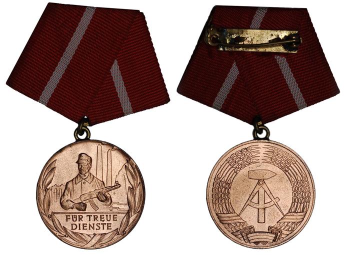 ГДР Медаль За отличную службу в боевых бригадах рабочего класса (бронза, диаметр 32 мм), цена 3.5-4 евро